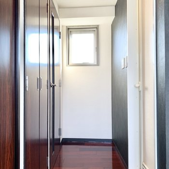 右のすりガラスの中はバスルームです。※写真は3階の同間取り別部屋のものです