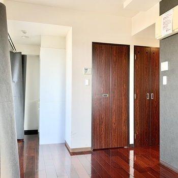 飴色の床やドア、黒いクロスがシックで素敵です。※写真は3階の同間取り別部屋のものです