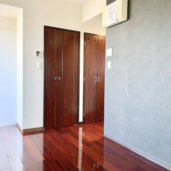 床の赤み具合も美しいんです。※写真は3階の同間取り別部屋のものです