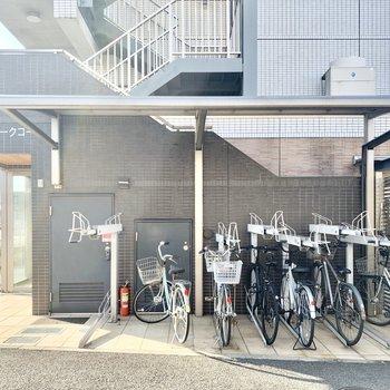 レーン付きの屋根付き駐輪場も。