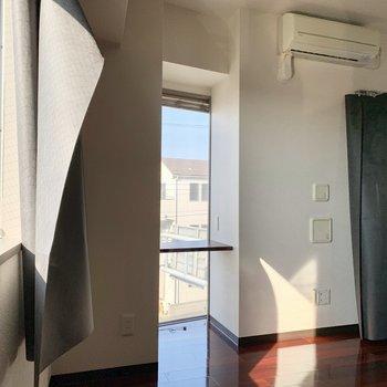 ミニテーブルのある細い窓には木目のブラインドがついていました。※写真は3階の同間取り別部屋のものです