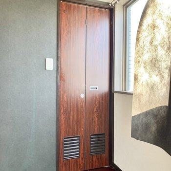 こちらの折り戸の中は…※写真は3階の同間取り別部屋のものです