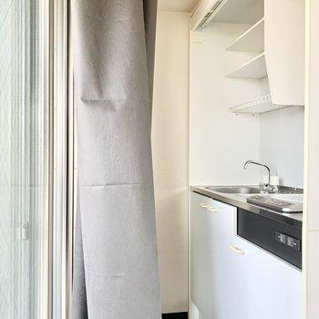 窓がすぐ後ろにあるので換気しやすそうなキッチン。※写真は3階の同間取り別部屋のものです