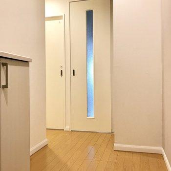 玄関側から見ると洗濯機や洗面台が見えにくい◯右側にラックを置きましょう(※写真は清掃前のものです)