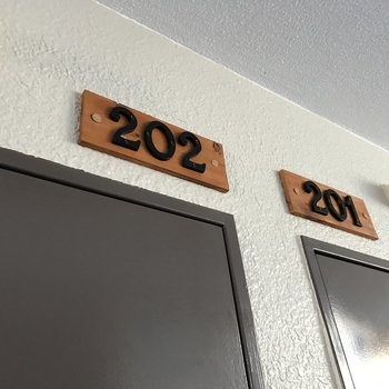 部屋番号も木で統一感