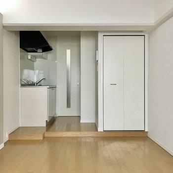 キッチンは1段あがったところに。扉も白で統一感ありますね◯(※写真は清掃前のものです)
