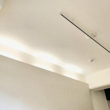 そして間接照明に、ライティングレール。とことん「灯り」にこだわりたい(※写真は清掃前のものです)