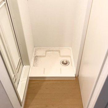 洗濯機は向かい側に。大きすぎると扉が開けにくくなりそうな予感・・・(※写真は清掃前のものです)