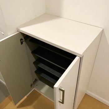 シューズボックスはちょうどいいサイズ感。上には鍵や雑貨を飾りたいな(※写真は清掃前のものです)
