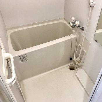 お風呂はシンプルですが隙間がないのでお掃除楽ちん!(※写真は清掃前のものです)