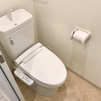 トイレもウォシュレット付き。棚はないので突っ張り棒で作りましょう♩(※写真は清掃前のものです)