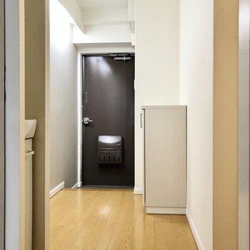 それでは廊下へ。玄関まわりにゆとりがあるのがいいなぁ(※写真は清掃前のものです)