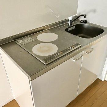 キッチンはお掃除しやすいIH2口。料理スペースはうまく確保しましょうね(※写真は清掃前のものです)