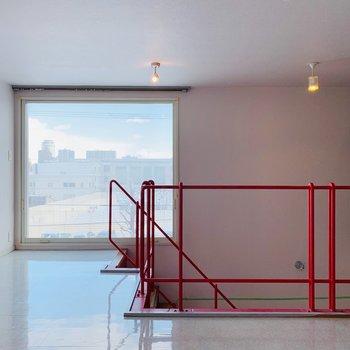 赤い階段と窓