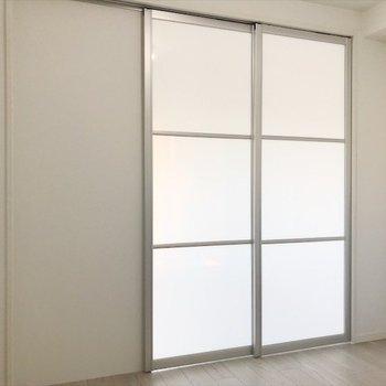 扉で区切れるので、寝食スペースをきっちり分けたい方には嬉しいポイント♪
