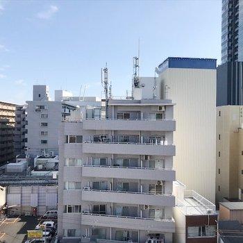 マンションやビルが立ち並んでいます。