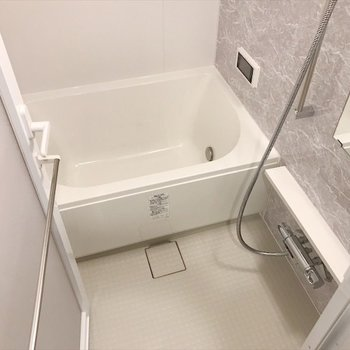 乾燥機、追い焚き、そしてテレビまである高機能バスルーム!