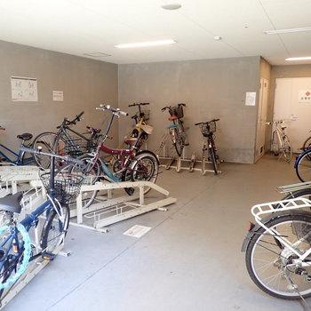 共用部】駐輪場は建物の中にあります。