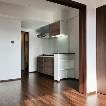 キッチン横には収納棚付き。※写真は13階同間取り・別部屋のものです