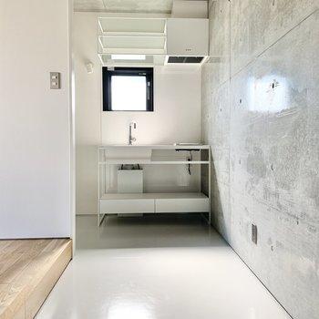 キッチンは玄関から一直線です。