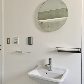 洗面台の鏡は円形。