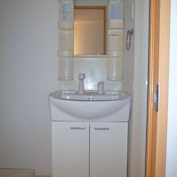 スリムな洗面台。 ※フラッシュを使用しています。