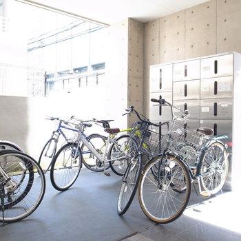 【共用部】駐輪場は建物入り口に。勝手口側にも同じようにありました。
