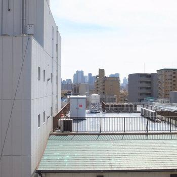 眺望はマンションやビル。遠くのほうにちらっと河川敷が見えますね◎