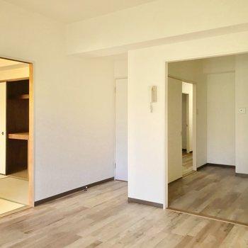 リビングの隣には6畳の和室。