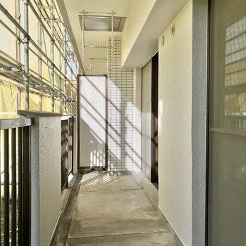 1階ですが、バルコニーには光がしっかり射し込みます。(※写真は工事中のものです)