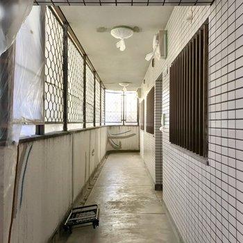 共用廊下には外からの光が入ります。