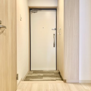 ちょうどよい広さの玄関です。センサーライト付きなので、両手がふさがっている時など助かります。