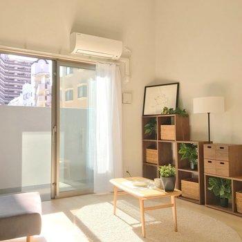 淡い色のフローリングのおかげで、ナチュラルな家具がよく似合います。(※写真の家具・小物は見本です)