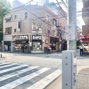 近くにはコンビニや飲食店も。