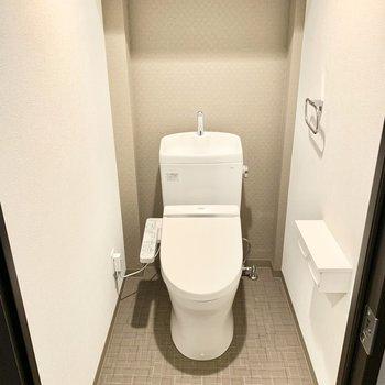トイレは上部棚、ウォシュレット付き。