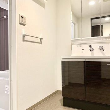 ゆったり脱衣所に、存在感のある大きめ洗面台!身支度もしやすいです。