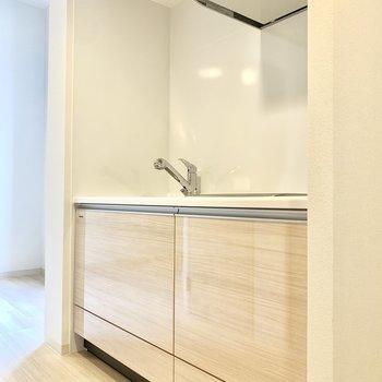 右隣に冷蔵庫スペースありますよ◎(※写真は3階の同間取り別部屋のものです)