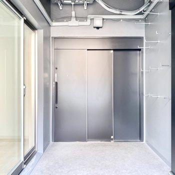 この大きな扉が玄関です。そしてバルコニースペースでもあります。(※写真は3階の同間取り別部屋のものです)