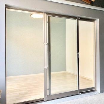 玄関、バルコニーから直接入れる洋室です。(※写真は3階の同間取り別部屋のものです)