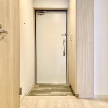 ちょうどよい広さの玄関です。センサーライト付きなので、両手がふさがっている時など助かります。(※写真は3階の同間取り別部屋のものです)
