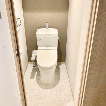トイレは上部棚、ウォシュレット付いています。(※写真は3階の同間取り別部屋のものです)