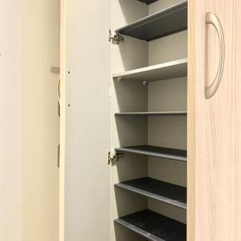シューズボックスはたっぷり収納力です◎(※写真は3階の同間取り別部屋のものです)