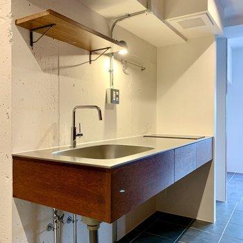 キッチンはシンプルですが、棚や引き出しが付いていますよ。
