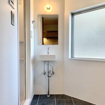 洗面台はシンプル。側に棚を置くと朝の身支度もしやすくなります。
