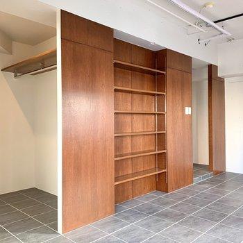 収納は扉がなく見せるタイプ。オシャレに雑貨を並べたいですね。