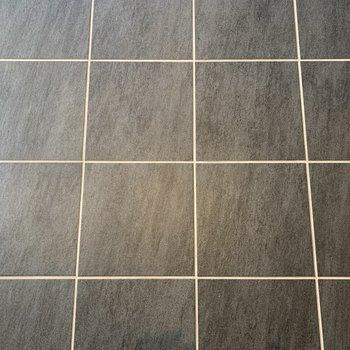 床はコンクリのタイル。冷えるのでラグを敷くといいですよ。