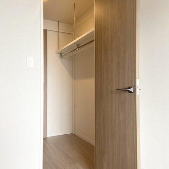 【洋室】照明付きのウォークインクローゼット! ※写真は7階の同間取り別部屋のもの