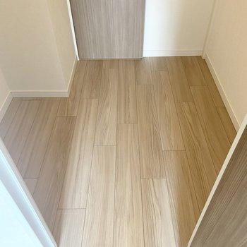 【洋室】両サイドにハンガーポールがついており、広々。そして正面には扉があり...... ※写真は7階の同間取り別部屋のもの