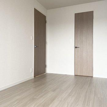 【洋室】約6帖です。寝室にぴったりかも◎ ※写真は7階の同間取り別部屋のもの