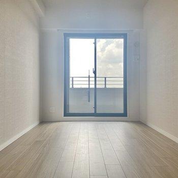 【洋室】お次は洋室。こちらにも南東向きの窓が。 ※写真は7階の同間取り別部屋のもの